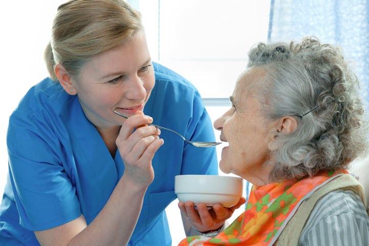 Сестра кормит пациента